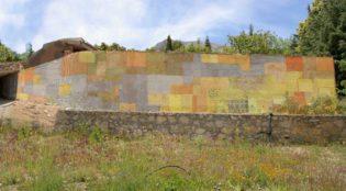 mural con materiales naturales en prado negro
