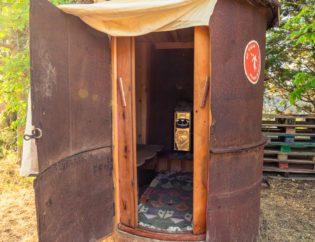 sauna finlandesa en prado negro