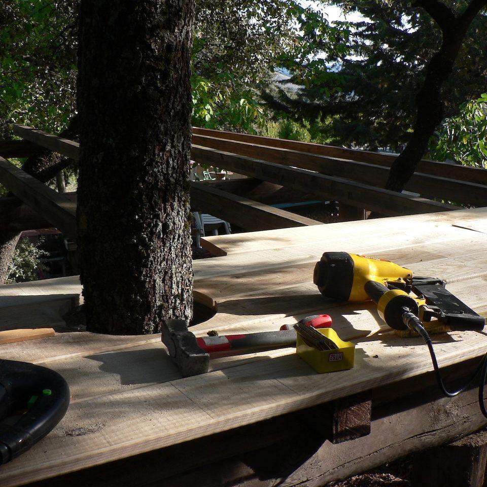 base de la cabaña en los árboles