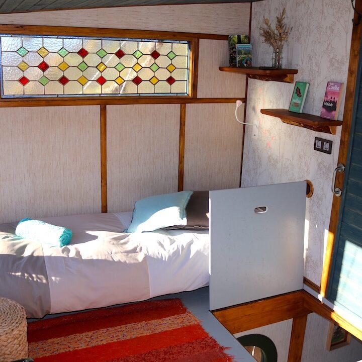 cama individual planta superior cabaña arbol