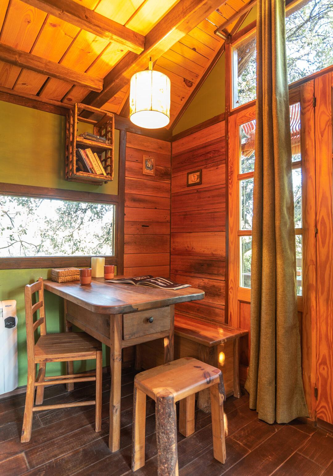 Interior cabaña encinas reciclaje en prado negro